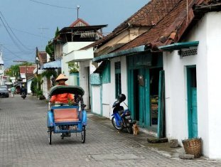 http://www.shajasa.com.my/travel/images/indonesia_solo_street.jpg